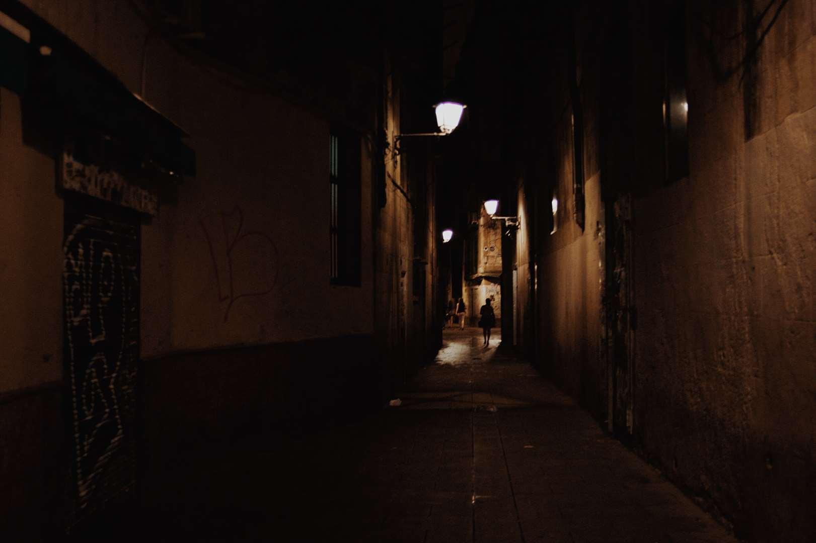 Perdue dans les ruelles espagnoles à la tombée du jour